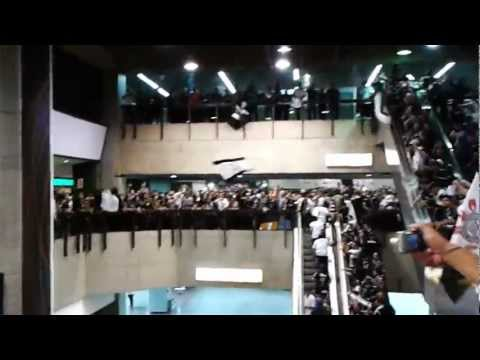15 mil corinthianos caminhando e cantando no saguão do Aeroporto de Guarulhos
