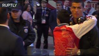 Фанат прорвал оцепление, чтобы обнять Роналду
