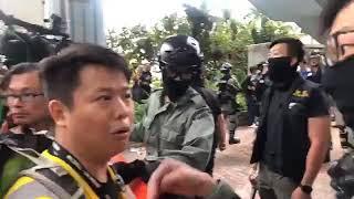 【香港11.19】【围困理大第三日.直播2】议员許智峯陪同數十人從理大正門離開