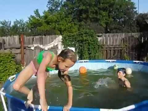 ฝรั่งพาลูกมาเล่นน้ำ ดูดีๆมีอะไร