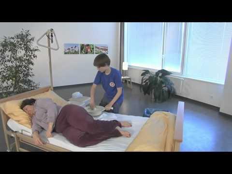 Johanniter: superhands gibt Tipps, wie man kranken Menschen beim Klo gehen hilft