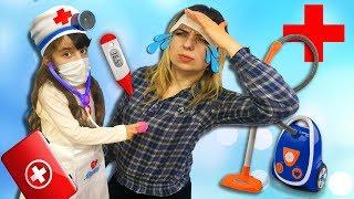 Мама ОБХИТРИЛА Доктора НЕ ХОЧЕТ убирать! Пылесос вместо лекарств. Играем в Доктора с пылесосом.