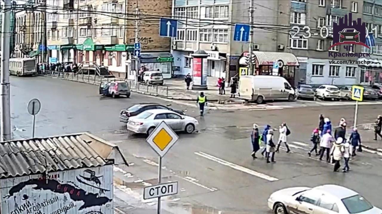Регулировщик плохо регулировал, что привело к ДТП на перекрёстке в Красноярске