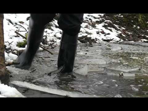 Mit Gummistiefeln ins Eis eingebrochen, vollgelaufen