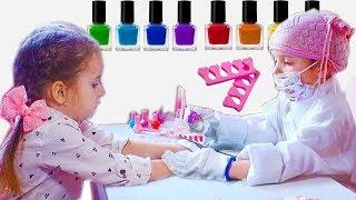 Косметика для девочек. Играем в Салон Красоты. Красим ногти лаком на руках и на ногах. Pretend Play