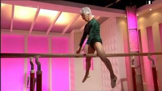 Смотреть онлайн 86-летняя гимнастка отлично двигается
