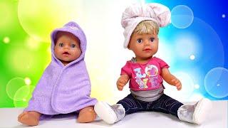 Puppenvideo auf Deutsch. Wir baden das Püppchen. Spielspaß für Kinder