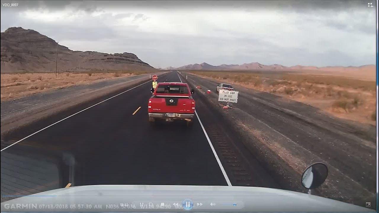 В США грузовик врезался в автомобиль дорожных рабочих, двое погибли