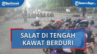 Dijaga Kawat Berduri saat Demo Tolak UU Cipta Kerja, Mahasiswa di Bogor Gelar Salat Berjemaah