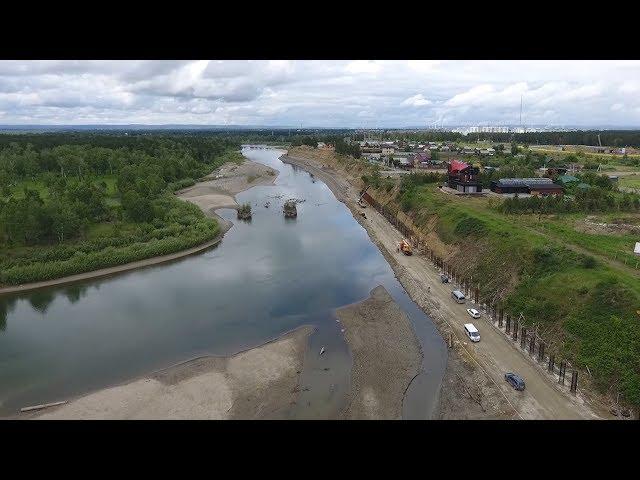 Дамбу в Ангарске строят с помощью спецтехники и вручную