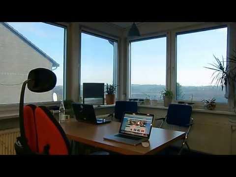 Bildschirm Blendschutz + Sonnenschutz im Büro am PC Bildschirm Arbeitsplatz im Bürogebäude