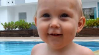 Дети в бассейне. Малыш  в ластах Не хочет плавать. Kids swimming in the pool