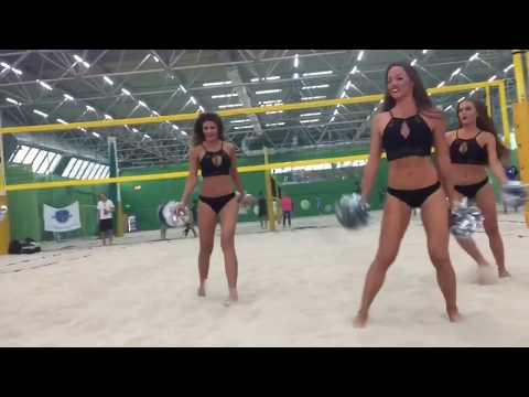 Группа поддержки Lucky Demons Cheerleaders на пляжном волейболе