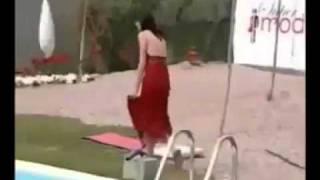عارضة ازياء تسقط في الماء