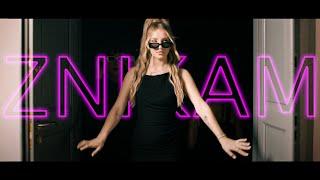 Kadr z teledysku ZNIKAM NA CHWILĘ tekst piosenki MONA
