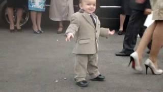 Смотреть онлайн Маленький джигит танцует лизгинку