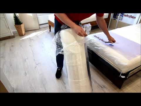 Auspacken einer vakumminerten Rollmatratze