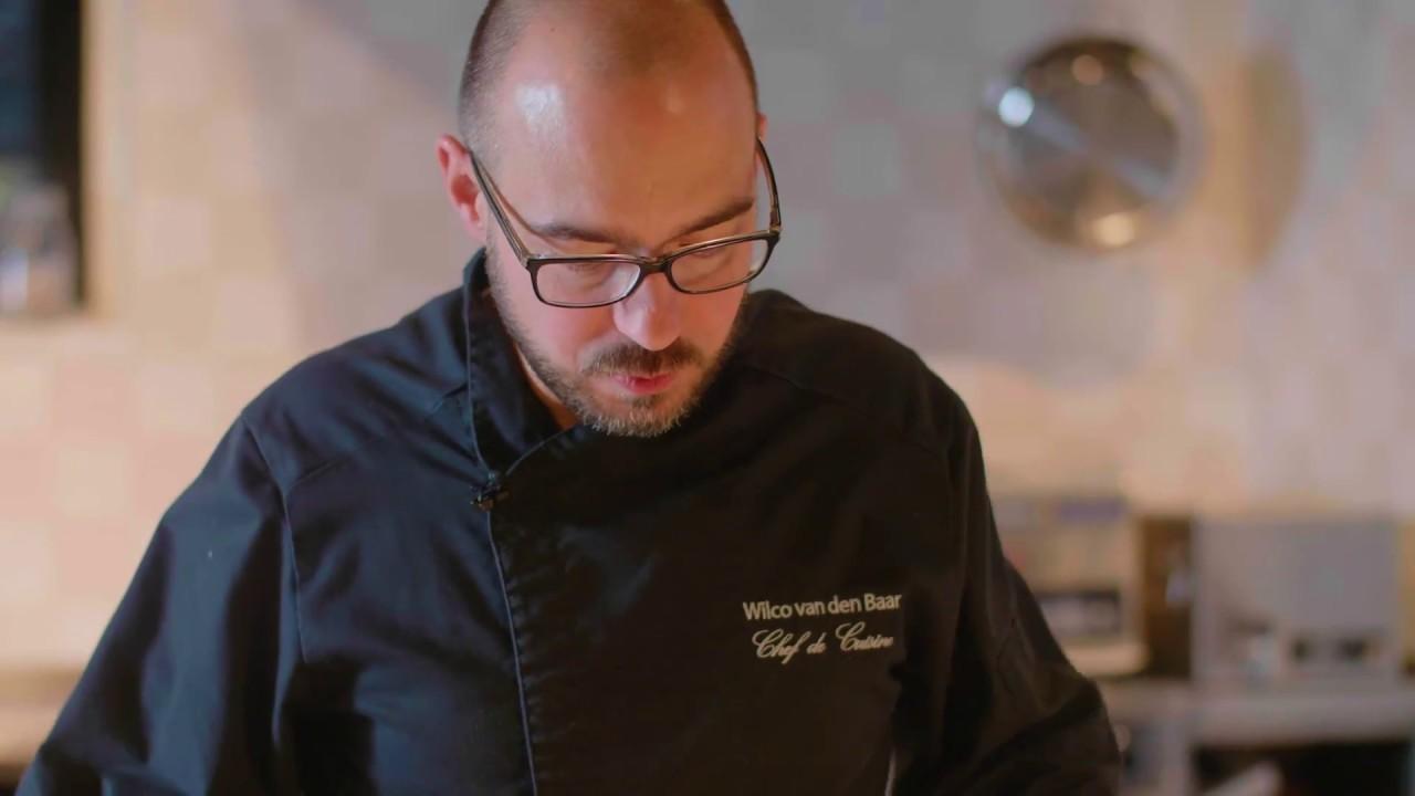 Chef Wilco van den Baar aan de slag met de pastei van Jos Poell