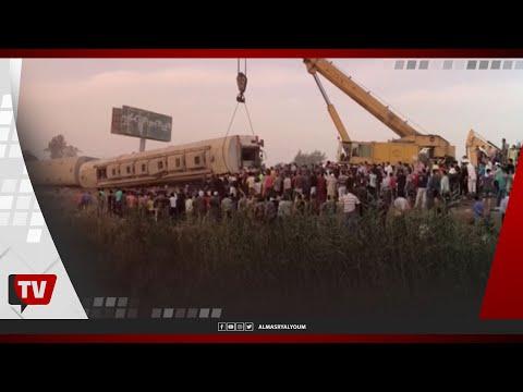 لحظة انتشال عربة قطار طوخ من على قضبان السكة الحديد