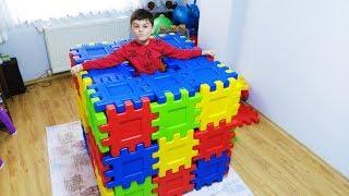 Emir ve babası Renkli Yapbozlarla Ev Yaptık -I made a house with  puzzle magic toy