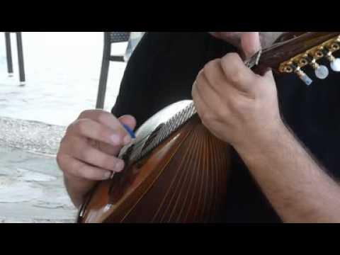 Ο Γρηγόρης Βαγγελάτος παίζει το θέμα της Πελαγίας από το «Μαντολίνο του Λογαγού Κορέλι»