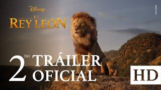 """EL REY LEÓN de Disney, dirigida por Jon Favreau, nos lleva a la sabana africana donde un futuro rey ha nacido. Simba idolatra a su padre, el rey Mufasa, y está entusiasmado con su destino real. Pero no todos en el reino celebran la llegada del nuevo cachorro. Scar, el hermano de Mufasa y antiguo heredero al trono, tiene sus propios planes. La batalla de Pride Rock se ve teñida de traición, tragedia y drama, y acaba forzando a Simba al exilio. Con la ayuda de una curiosa pareja de amigos nuevos, Simba tendrá que arreglárselas para crecer y recuperar lo que legítimamente le corresponde. El estelar reparto de la versión original en inglés incluye a: Donald Glover como Simba, Beyoncé Knowles-Carter en el papel de Nala, Chiwetel Ejiofor como Scar, James Earl Jones como Mufasa, Billy Eichner en el papel de Timón y Seth Rogen como Pumba. EL REY LEÓN estrena en cines de Latinoamérica en julio de 2019.  ¡Haz click en """"Suscribirse"""" para ser el primero en ver los nuevos videos de Walt Disney Studios!  Sitio Oficial: http://www.disneylatino.com/peliculas  Síguenos en:  Facebook: http://www.facebook.com/DisneyStudiosLA Twitter: https://twitter.com/DisneyStudiosLA Instagram: https://www.instagram.com/DisneyStudiosLA/"""