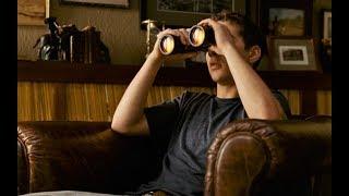 小伙在家无聊,用望远镜观察邻居,无意中发现连环杀人犯