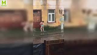 Смотреть онлайн Пьяная девушка стоит в белье под градом
