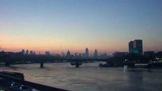 preview picture of video 'Time-Lapse Sunrise over the City of London and River Thames'