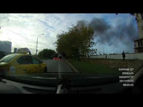 Взрыв и пожар после столкновения двух автомобилей в Москве