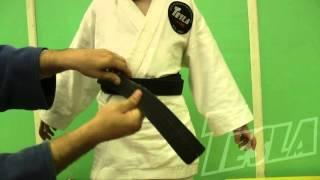 Учимся завязывать пояс на кимоно ребенку.