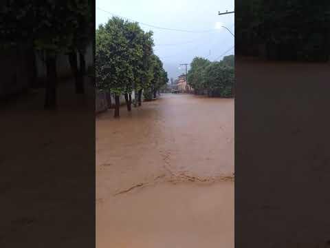 Chuva forte inunda Bom Jesus do Galho MG