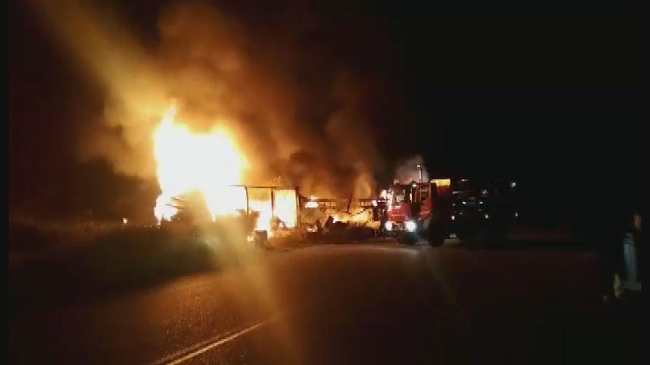 Έντεκα μετανάστες κάηκαν ζωντανοί έπειτα από τροχαίο