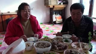 东北大龙351:吃着东北杀猪菜,却又惦记另一道美食,这一家人在研究啥?