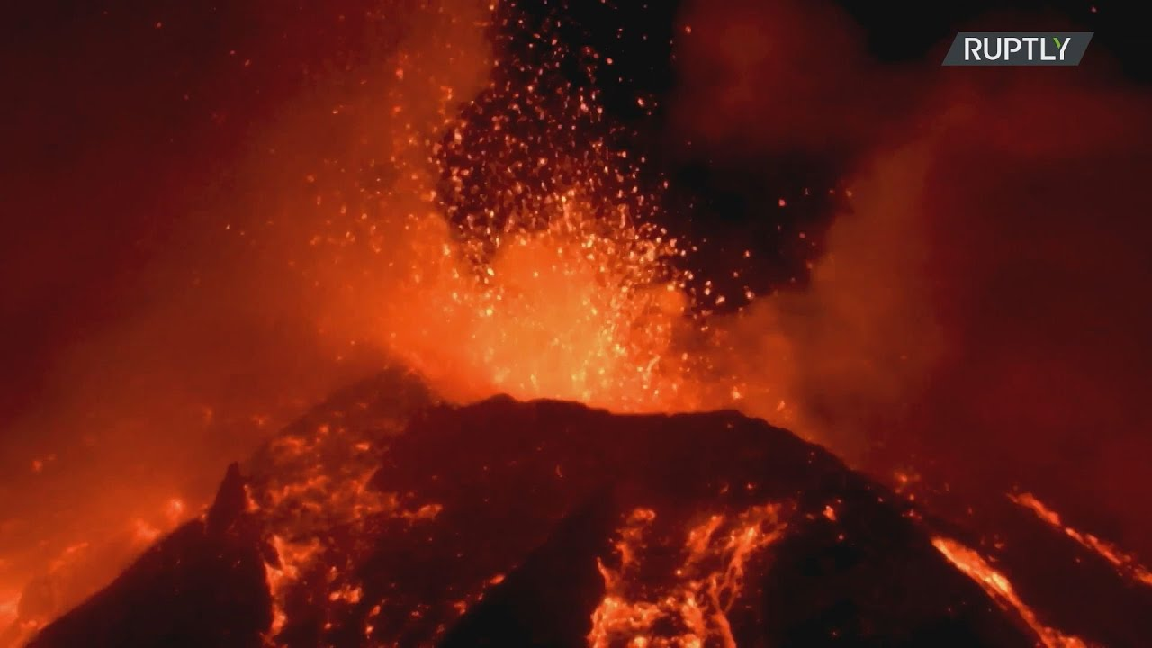 Ιταλία: Φωτιά και εκρήξεις ζωντανεύουν τον ουρανό της Σικελίας μετά την τελευταία έκρηξη της Αίτνας