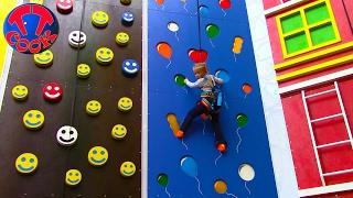 ВЛОГ на Скалодроме ЯРОСЛАВА АЛЬПИНИСТ Пытаемся забраться на самую вершину скалы Видео для детей