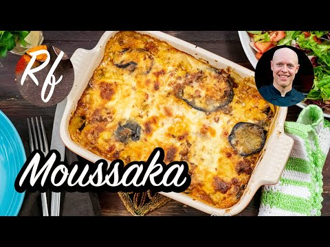 Grekisk Moussaka - här min variant med köttfärs, aubergine - även kallad äggplanta -och potatis toppat med Bechamelsås och ostlagad i ugnen.>