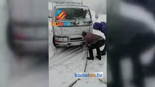 Kar yagışı nedeniyle yolda kalan araçları traktör çekti