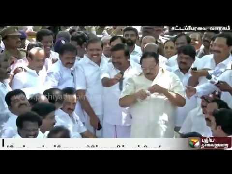 Duraimurugan-imitating-the-speaker-in-conducting-a-mock-assembly-draws-laughter