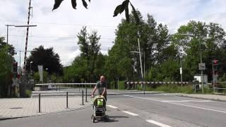 preview picture of video 'Bahnübergang Bahnhofstraße, Höhenkirchen-Siegertsbrunn ++ Räumphase? Was ist das?'