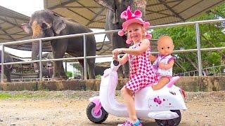 Настя в зоопарке Видео для детей Baby rides in the zoo Funny video for kids