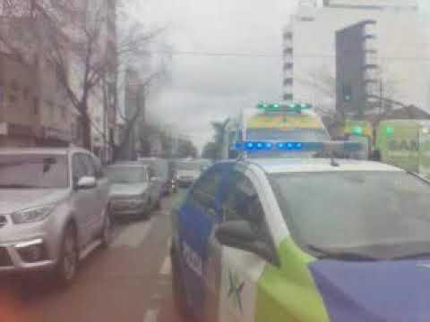 Mirá cómo chocaron dos autos y una ambulancia en Barrio Norte