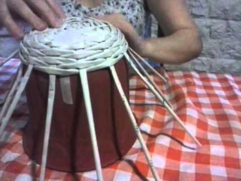técnica de tejido simil mimbre con terminación realizada con papel periódico, cestería ecológica