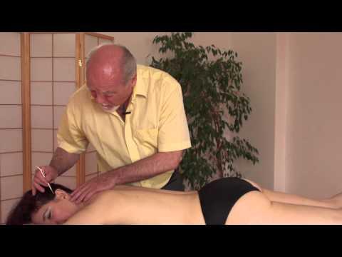Wunde linke Brust und Hände in dem Rücken