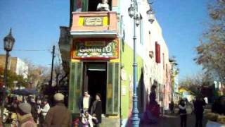 preview picture of video 'BARRIO LA BOCA - LLEGANDO A CAMINITO EN LA BOCA BUENOS AIRES - CALLES DEL BARRIO LA BOCA'