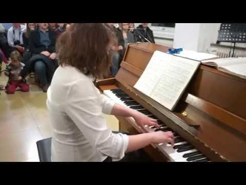 Анника играет вальс Шопена до диез минор. Annika spielt Walzer Chopin in cis-moll