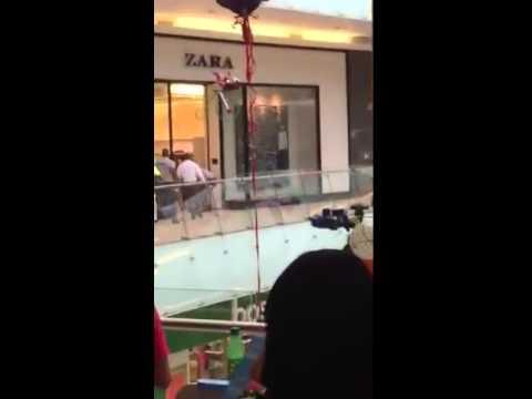 Hombre corre desnudo en Agora Mall, Santo Domingo