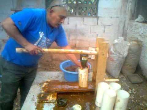 Fabricación de briquetas con briqueteadora de palanca simple