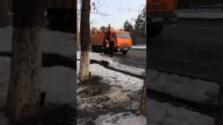 В Алматы вываливают снег из машины и утрамбовывают