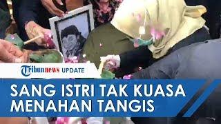 Saputri, Istri Didi Kempot Tak Kuasa Tahan Tangis Bersujud di Makam hingga Harus Dibantu Berdiri